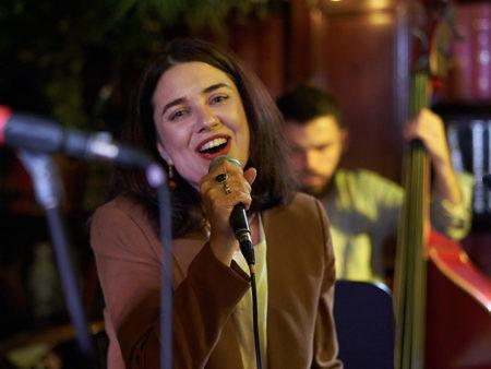 ася фрейдкина сходить на джазовый концерт в москве уютная легкая музыка приятно провести время вокал певица авторская музыка песни на русском языке